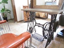 古き良き足踏みミシン台を利用☆もちろん足踏みも現役です!