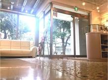 自然光のたっぷり入る、清潔感ある明るい店内。