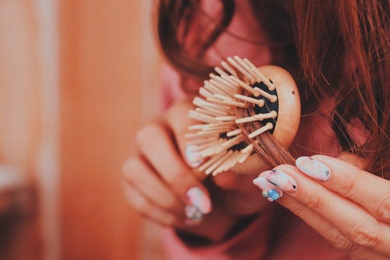 【プロ直伝】おすすめヘアブラシ8選&サラサラ髪に近づくブラッシング方法のサムネイル画像