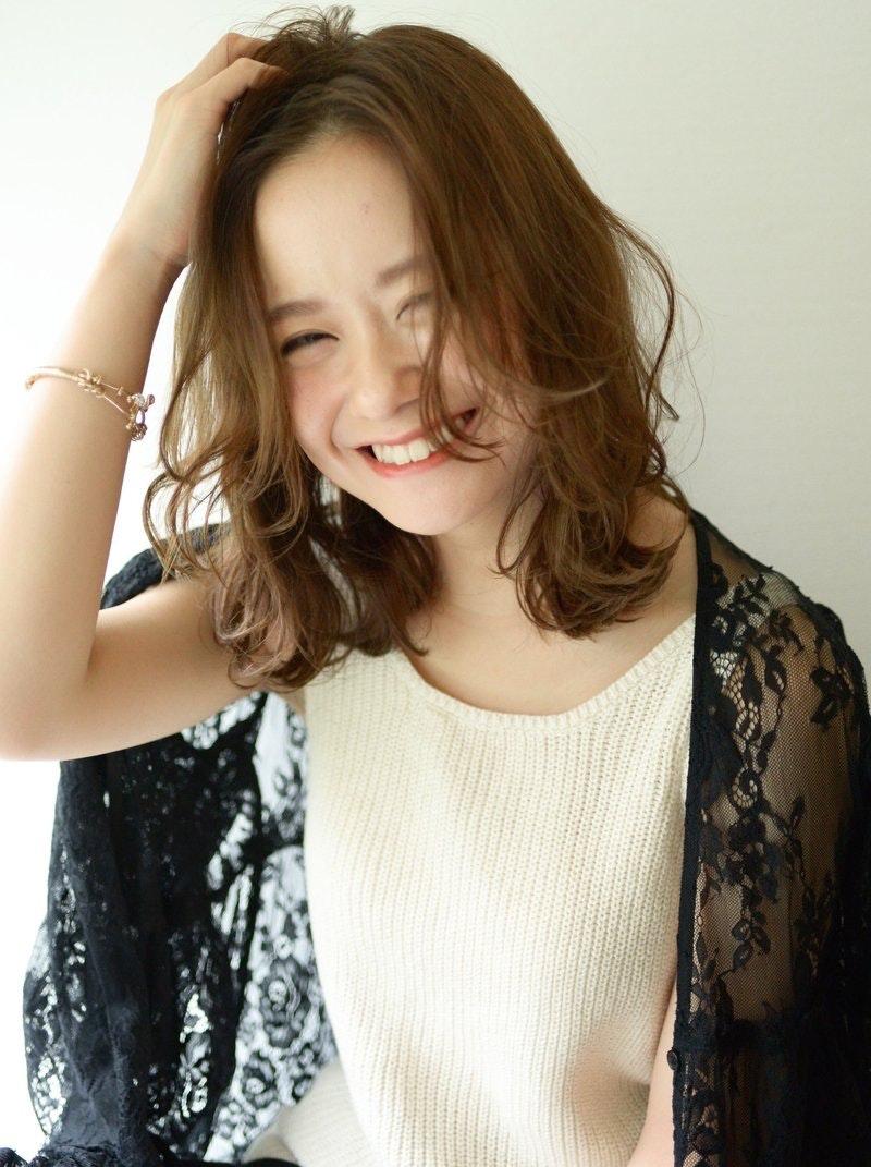【保存版】ミディアムヘアでかわいい&大人っぽい女性に。自分に似合うミディアムが見つかるカタログ!のサムネイル画像