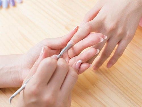 イマドキ最新ネイルTOPICS!【爪を削らない、派手ネイルを隠す裏ワザ…】のサムネイル画像